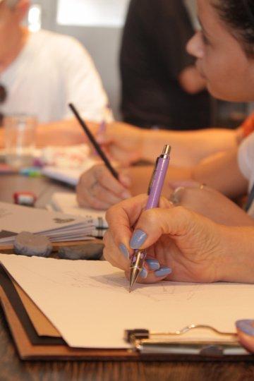 Os desenhos podem ser feitos com tintas e pincéis, ou simplesmente com lápis. | Foto: Sofia Dietmann